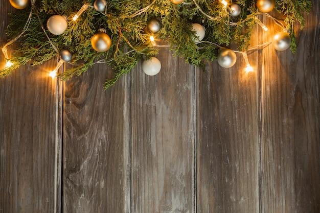Flacher laienrahmen mit weihnachtsbaum und hölzernem hintergrund Kostenlose Fotos
