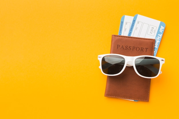 Flacher pass mit sonnenbrille und flugtickets Premium Fotos