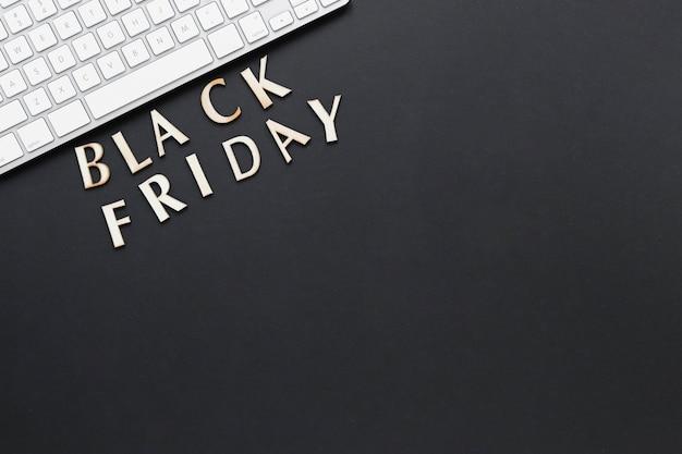 Flacher schwarzer freitag-text der lage nahe tastatur Kostenlose Fotos