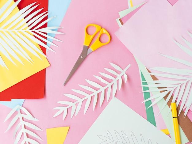 Flaches blatt buntes papier und schere Kostenlose Fotos