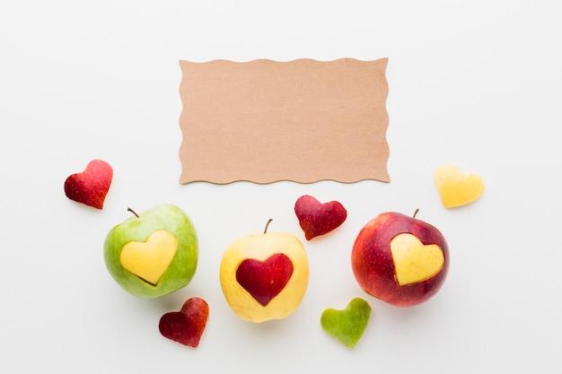 Flaches blatt papier und fruchtherzformen Kostenlose Fotos