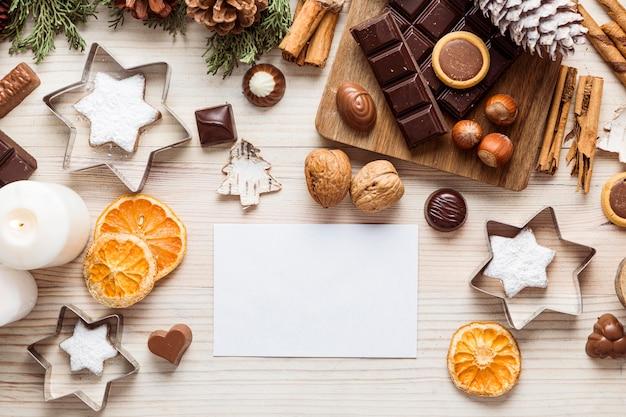 Flaches festliches weihnachtsmahlzeitsortiment mit leerer karte Kostenlose Fotos