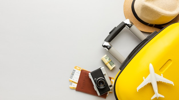 Flaches gelbes gepäck mit kopierraum Kostenlose Fotos