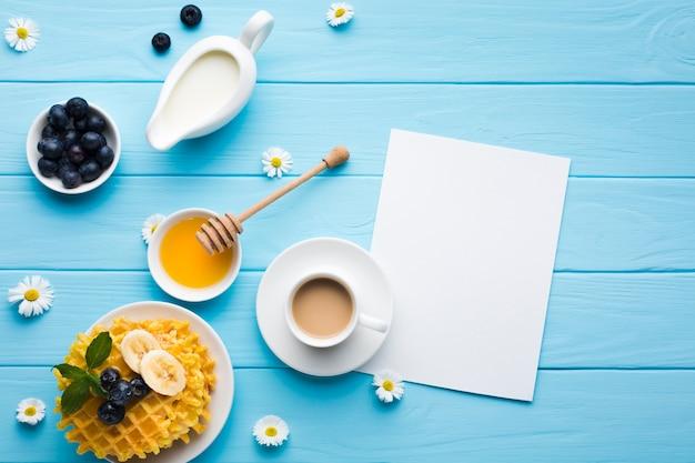 Flaches lagepapier-kartenmodell auf frühstückstisch Kostenlose Fotos