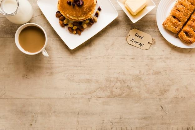 Flaches lagepfannkuchengebäck und -kaffee mit kopienraum Kostenlose Fotos