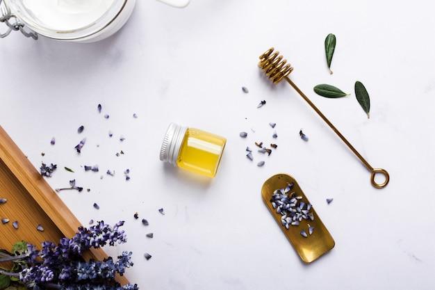 Flaches laiengesteck mit honigflasche und blume Kostenlose Fotos
