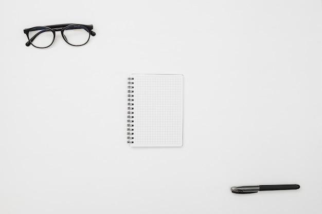 Flaches laienschreibtischkonzept mit notizblock Kostenlose Fotos