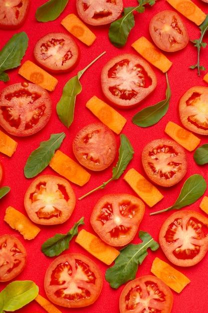 Flaches laiensortiment mit geschnittenen tomaten Kostenlose Fotos