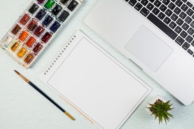 Flaches lay-laptop-modell mit notizblock Kostenlose Fotos