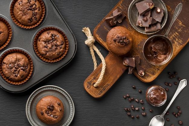 Flaches leckeres muffin mit schokolade und schokoladenstückchen Kostenlose Fotos