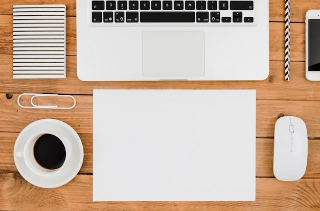 Flaches papiermodell neben laptop Kostenlose Fotos