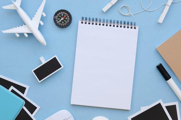 Flaches reisewerkzeug auf den tisch legen Kostenlose Fotos