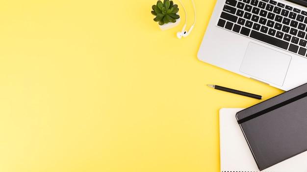 Flaches schreibtischkonzept mit kopierraum Premium Fotos
