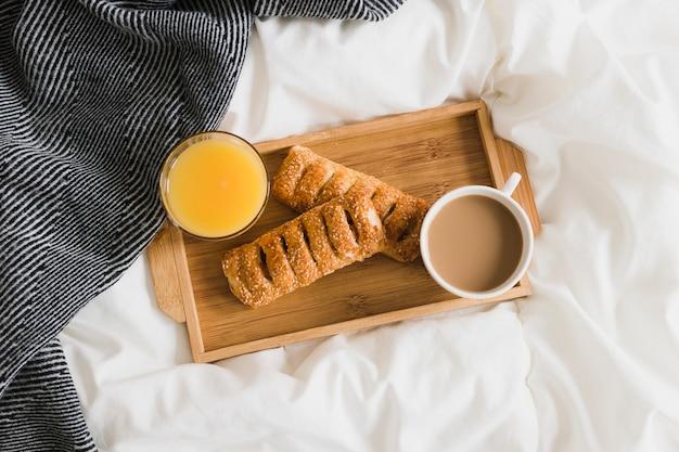 Flaches tablett mit orangensaft und kaffee Kostenlose Fotos