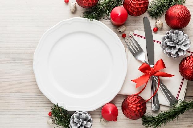 Flaches weihnachtsgeschirr mit leerem teller Premium Fotos