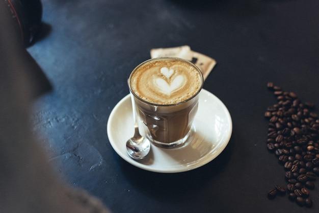 Flaches weiß mit caffekunst Kostenlose Fotos
