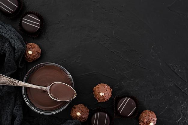 Flachlage geschmolzene schokolade und süßigkeiten mit kopienraum Kostenlose Fotos