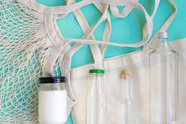 Flachlagebaumwollbeutel- und -flaschenanordnung Kostenlose Fotos