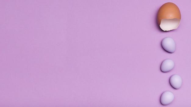 Flachlegerahmen mit eierschale und bonbons Premium Fotos
