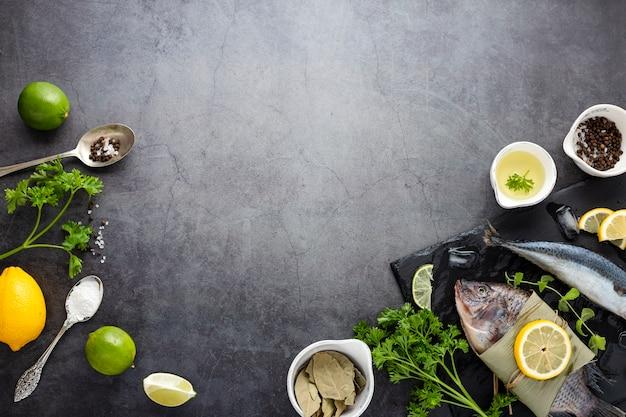 Flachlegerahmen mit fisch und gemüse Kostenlose Fotos