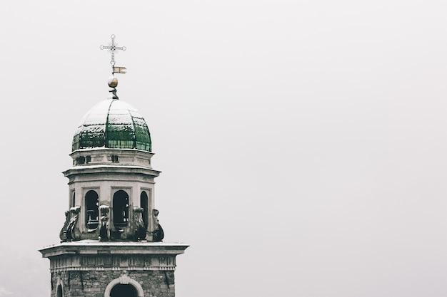 Flachwinkelaufnahme der im winter in gentilino, schweiz, eingefangenen kirche von abbondio Kostenlose Fotos