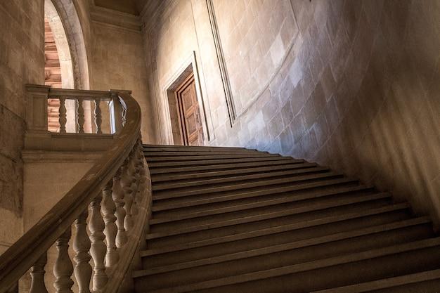 Flachwinkelaufnahme der treppe, die zur tür eines gebäudes führt Kostenlose Fotos