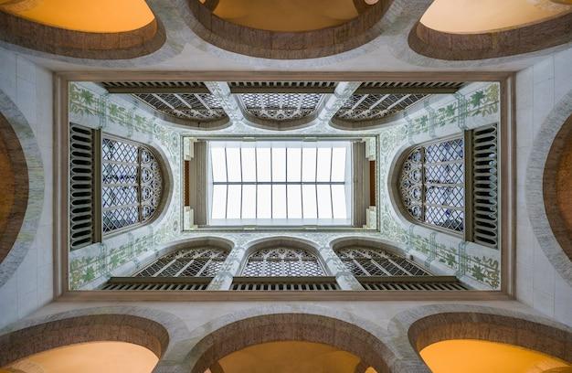 Flachwinkelaufnahme des inneren eines alten gebäudes mit geometrischen wänden und kuppeln Kostenlose Fotos