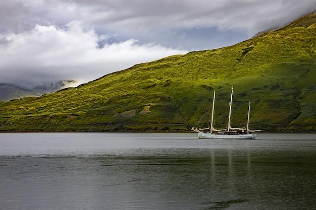 Flachwinkelaufnahme eines einzelnen schoners im killary harbour, galway, republik irland Kostenlose Fotos