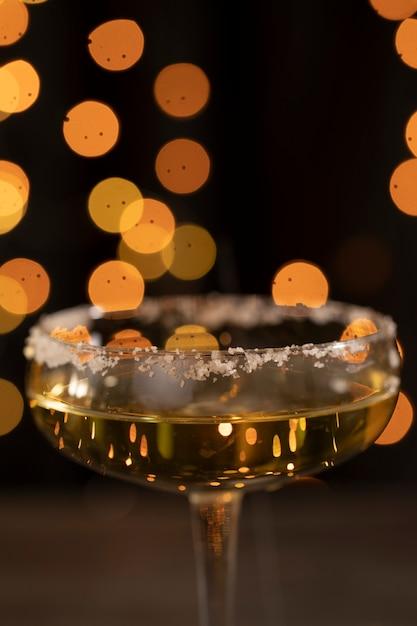 Flachwinkelglas mit champagner zur hälfte gefüllt Kostenlose Fotos