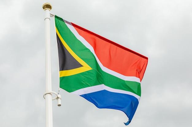 Flagge der republik südafrika gegen weißen bewölkten himmel Premium Fotos