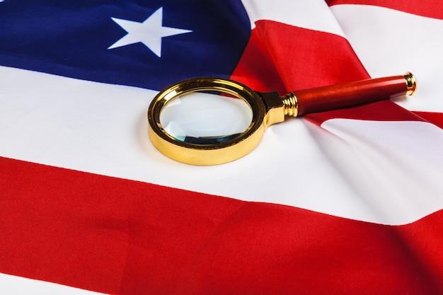 Flagge der usa und eine lupe Premium Fotos