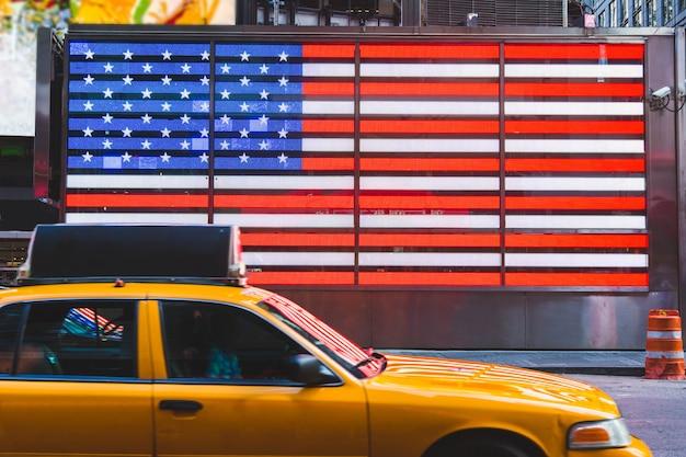 Flagge der vereinigten staaten und gelbe taxis Premium Fotos