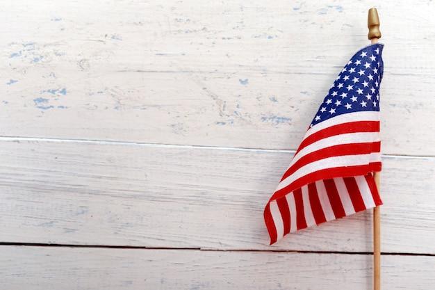 Flagge der vereinigten staaten von amerika, die an einem rustikalen hölzernen hintergrund mit kopienraum hängt Premium Fotos