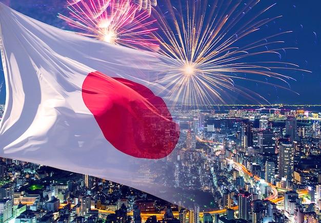 Flagge japans und feuerwerk, konzeptbild über den unabhängigkeitstag, den geburtstag des kaisers, den nationalen gründungstag, das neue jahr Premium Fotos