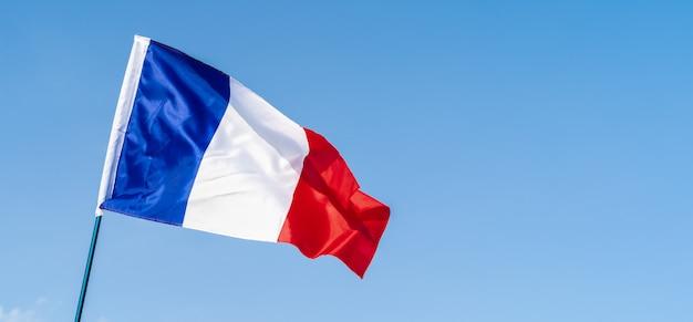 Flagge von frankreich im wind am himmel winken Premium Fotos