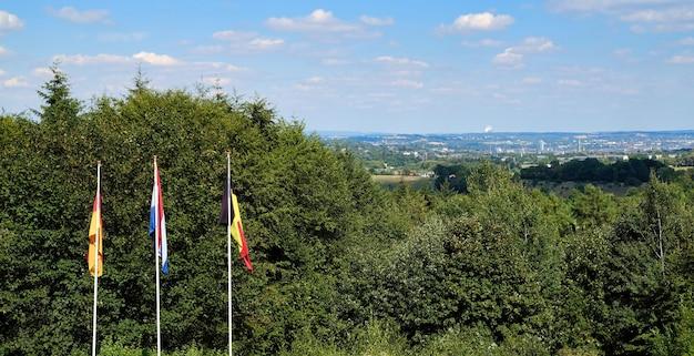 Flaggen aus den niederlanden, belgien und deutschland auf drei ländern Premium Fotos