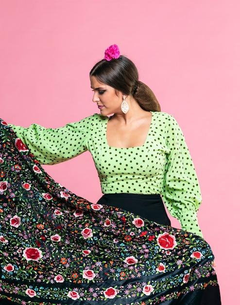 Flamenca, der den manila-schal unten schaut hält Kostenlose Fotos