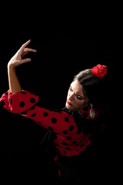 Flamencatänzer des hohen winkels, der arm hält Kostenlose Fotos
