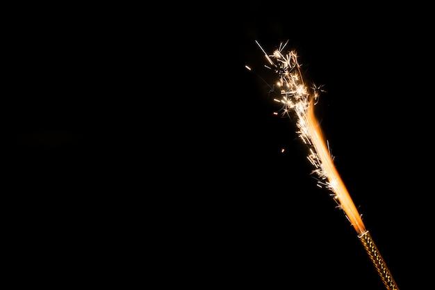 Flamme mit funken auf schwarzem hintergrund Kostenlose Fotos