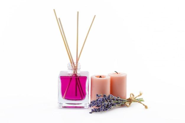 Flasche ätherisches aromaöl oder spa- oder natürliches duftöl mit trockener blume Premium Fotos