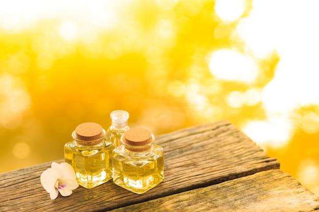 Flasche ätherisches öl oder badekurort des aromas auf holztisch, bild für alternative therapiemedizin des aromabadekurortes und meditationsaromakonzept. Premium Fotos