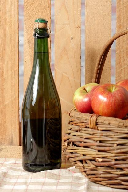 Flasche apfelwein mit frischen äpfeln Premium Fotos