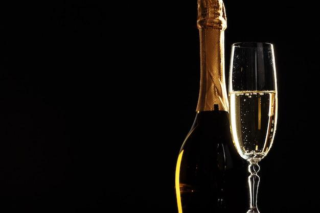 Flasche champagner und gläser über dunkelheit Premium Fotos