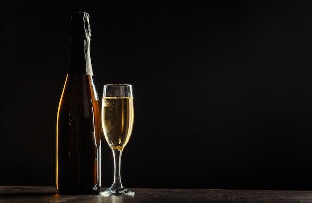 Flasche champagner und gläser Premium Fotos