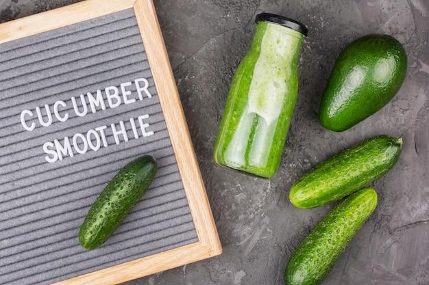 Flasche mit gurken-smoothie Premium Fotos