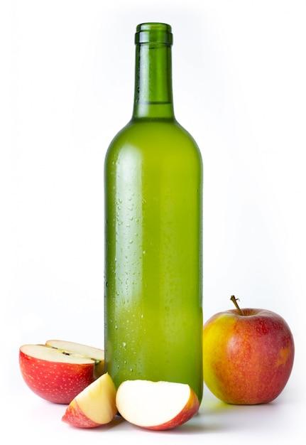 Flasche sehr kalter apfelwein mit äpfeln mit weiß Premium Fotos