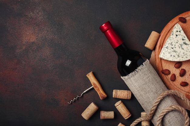 Flasche wein, mandeln, korkenzieher und korken, draufsicht Premium Fotos