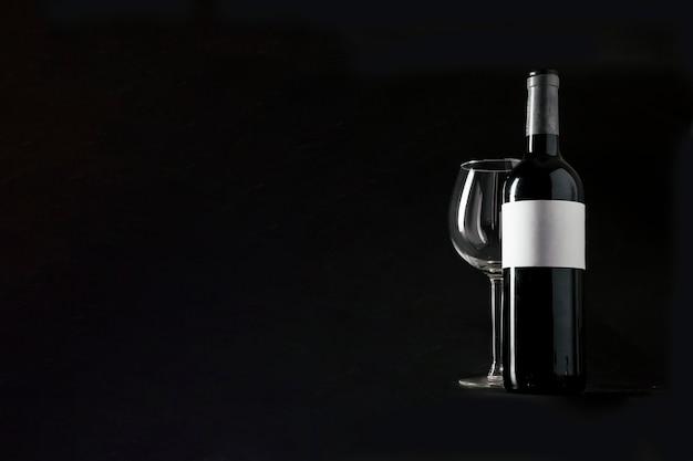 Flasche wein und leeres glas Kostenlose Fotos