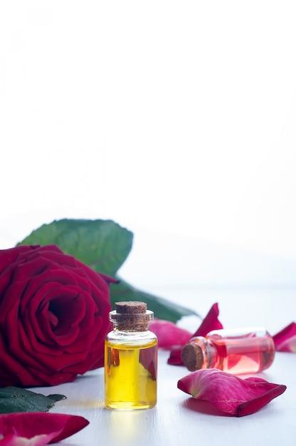 Flaschen ätherisches öl für die aromatherapie Premium Fotos