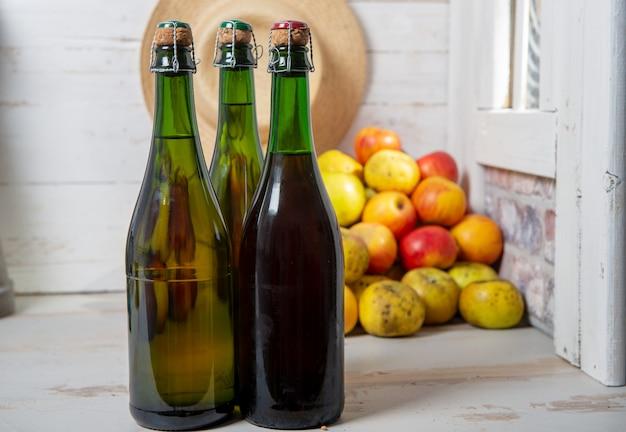 Flaschen apfelwein und äpfel der normandie Premium Fotos